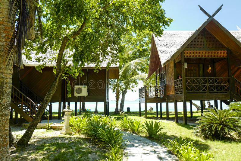 Les chalets de luxe au r?cif Dive Resort, situ?e ? l'?le de Mataking photographie stock libre de droits