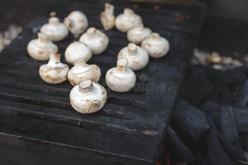 Les champignons blancs de portobello de champignons de paris ont grillé sur le gril ou le BBQ photo libre de droits