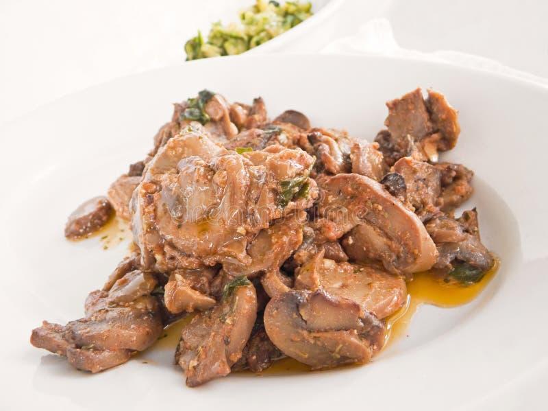 Les champignons de couche ont fait cuire avec la sauce d'huile d'olive et tomate. image libre de droits