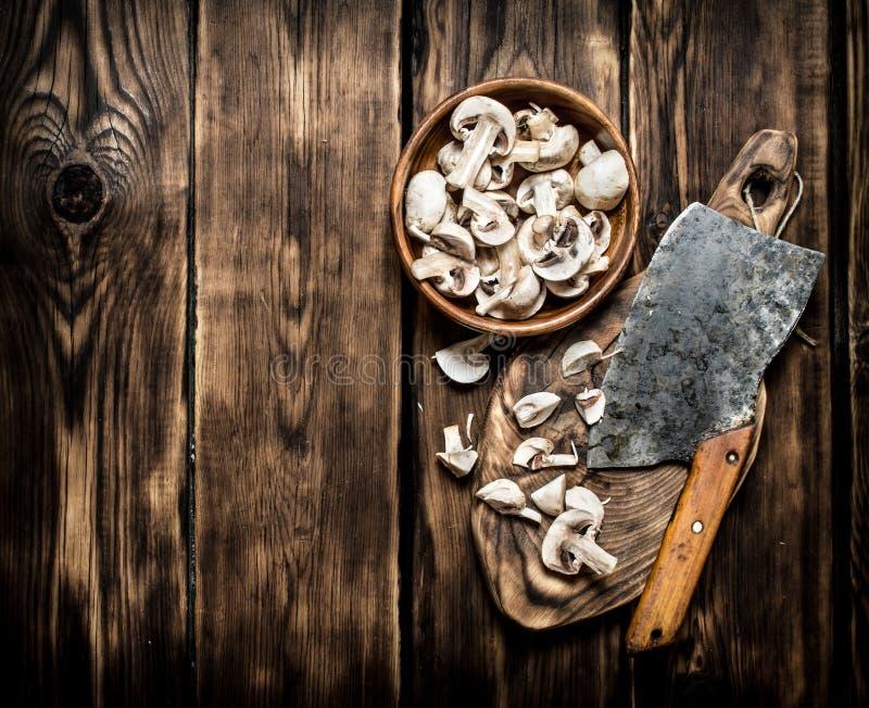 Les champignons frais ont découpé la grande vieille cognée en tranches photographie stock libre de droits
