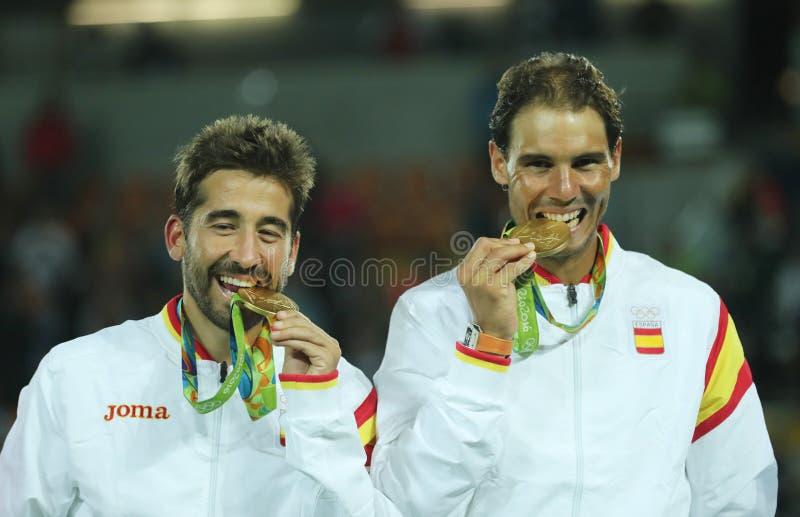 Les champions olympiques Mark Lopez L et Rafael Nadal de l'Espagne pendant la cérémonie de médaille après victoire au ` s des hom photos libres de droits