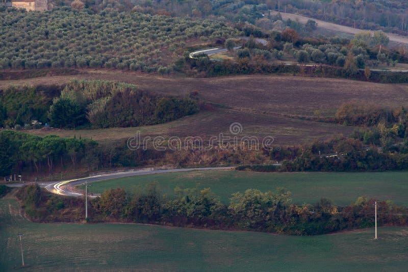 Les champs de Toscane et les oliveraies au lever du soleil image stock
