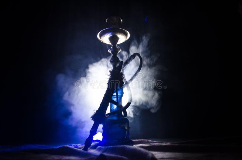Les charbons chauds de narguilé sur le shisha roulent avec le fond noir Shisha oriental élégant photo stock