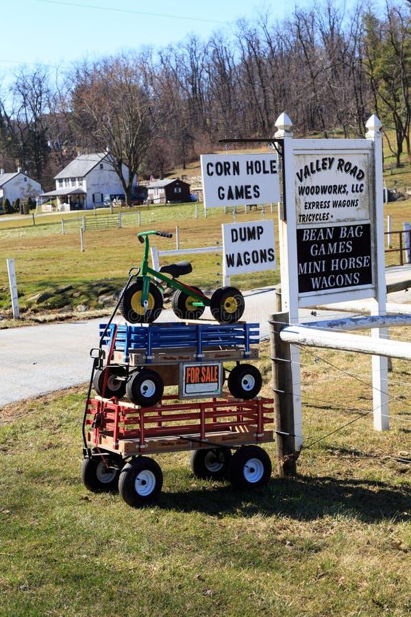 Les chariots et le tricycle sont en vente image libre de droits