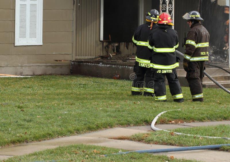 Les chasseurs d'incendie prévoient de prochaines opérations image stock