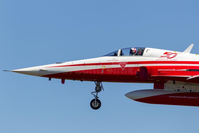 Les chasseurs de Northrop F-5E de la formation suisse de l'Armée de l'Air montrent l'équipe Patrouille Suisse image stock