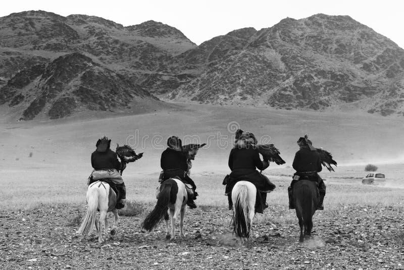 Les chasseurs inconnus avec Eagle d'or montrent son expérience dans la fauconnerie image stock