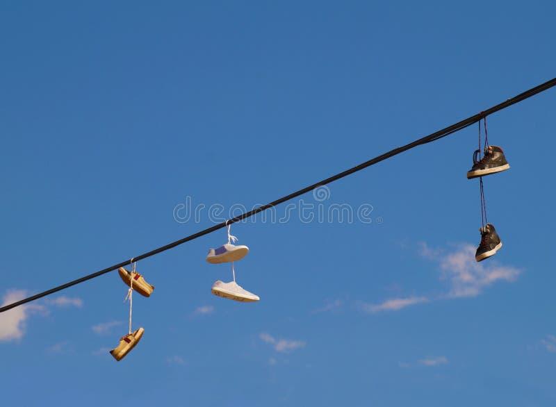 Les chaussures accrochant sur les fils, une forme de souvenir sont parties par des touristes image stock