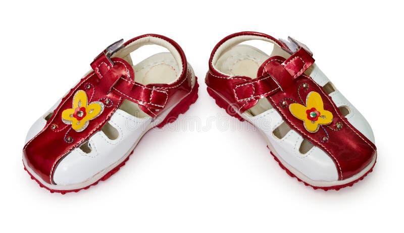 Les chaussures bon marché des enfants sur le blanc image stock
