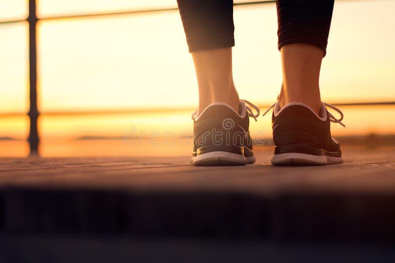 Les chaussures de femme se ferment avant le fonctionnement de formation photos libres de droits