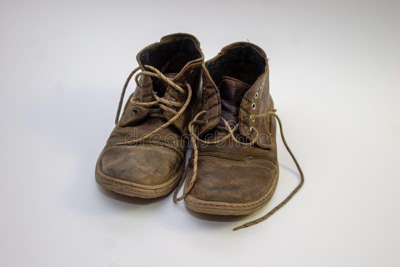 Les chaussures de vieux hommes sur un fond clair, les chaussures usées du cuir et le nubuck image stock
