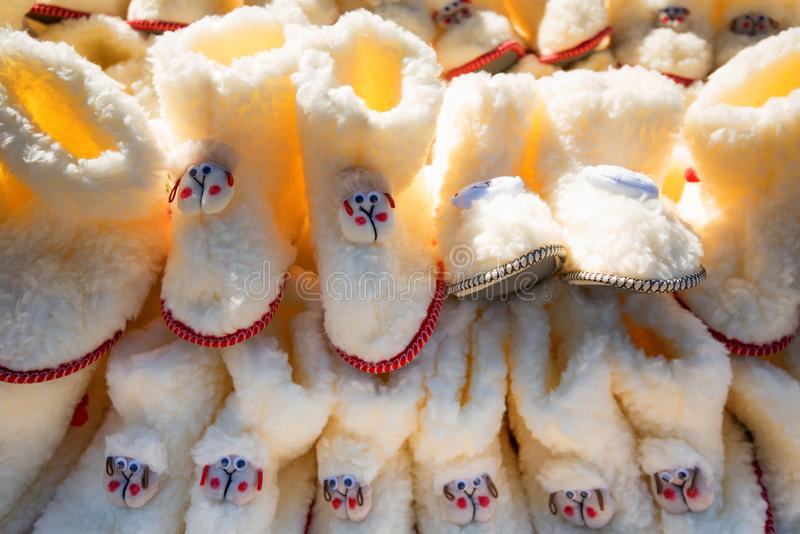 Les chaussures des enfants blancs ont fait de la laine du mouton à vendre photographie stock libre de droits