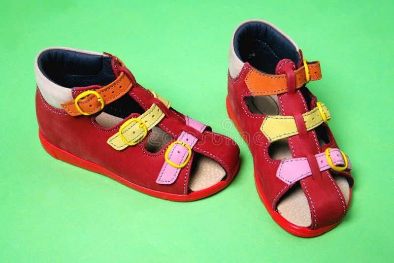 Les chaussures des enfants rouges photographie stock libre de droits