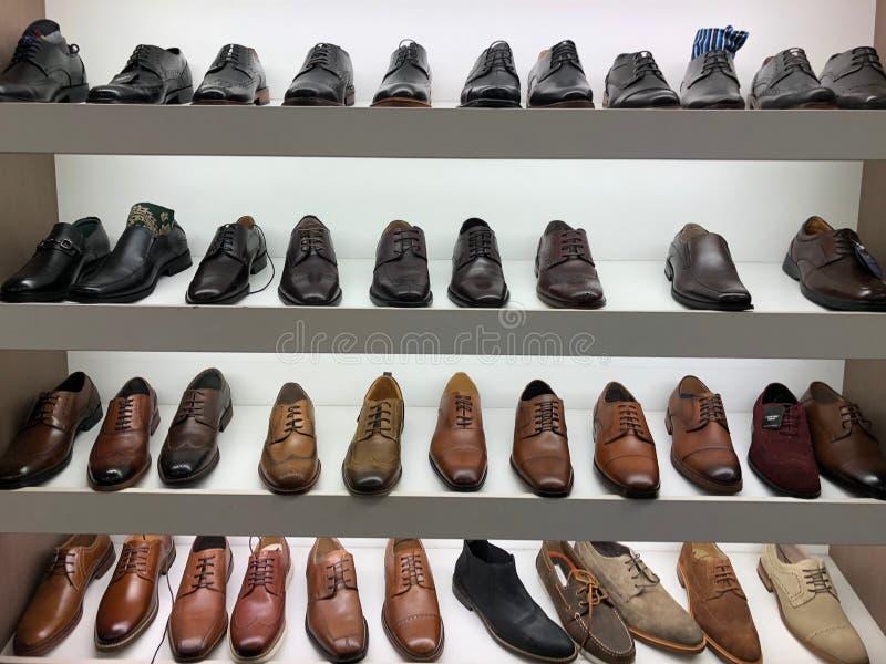 Les chaussures des hommes à vendre photos libres de droits