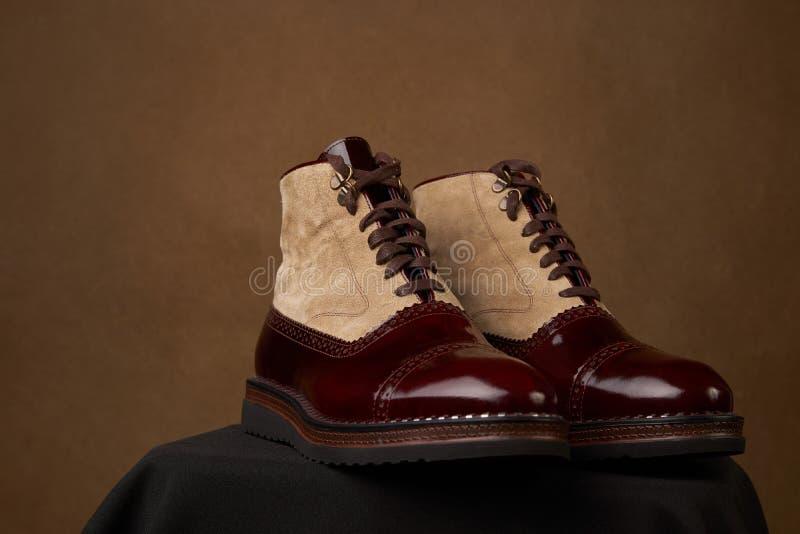 Les chaussures des hommes élégants au-dessus du fond brun avec l'espace de copie photos stock