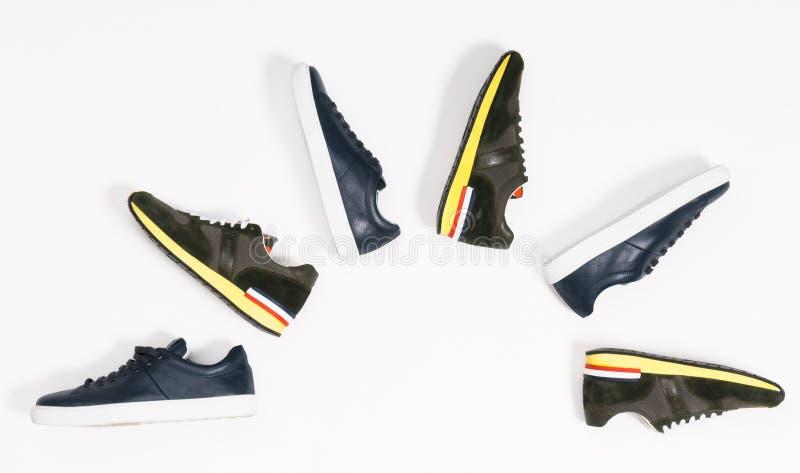 Les chaussures des hommes sur le fond blanc images libres de droits
