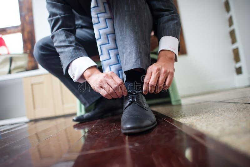 Les chaussures du marié photographie stock libre de droits