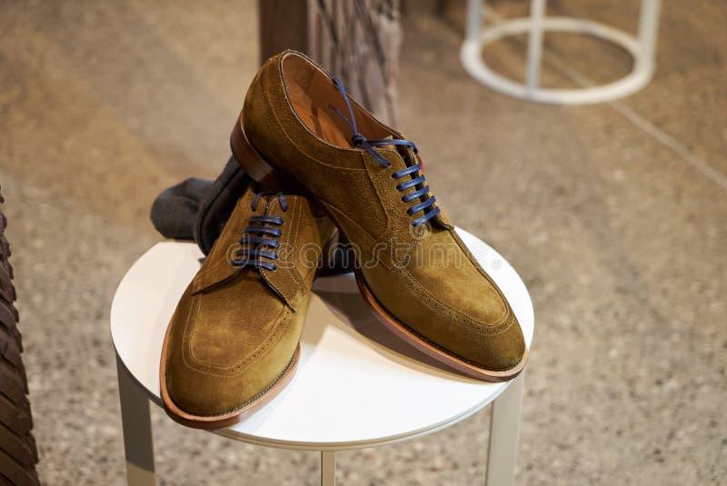 Les chaussures en cuir des hommes élégants dans le magasin de magasin de luxe images libres de droits