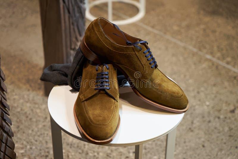Les chaussures en cuir des hommes élégants dans le magasin de magasin de luxe photos libres de droits