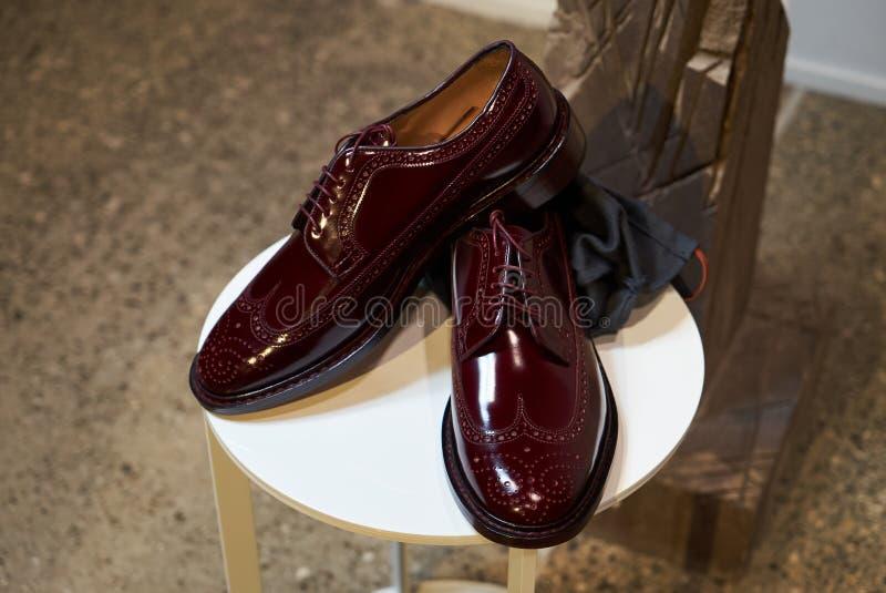 Les chaussures en cuir des hommes élégants dans le magasin de magasin de luxe photographie stock libre de droits