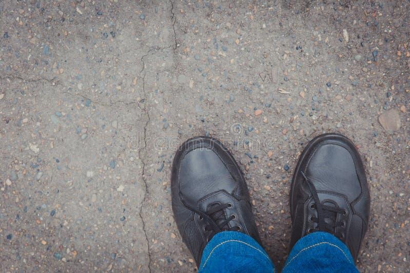 Les chaussures en cuir des hommes sur le trottoir, vue sup?rieure Endroit pour le texte au en haut ? gauche photos libres de droits