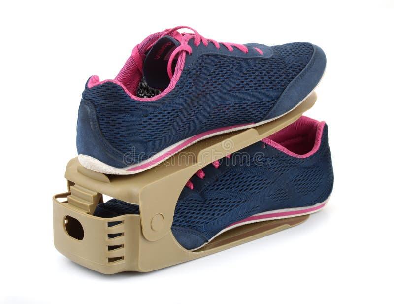 Les chaussures en plastique réglables de stockage étirent le support photo libre de droits