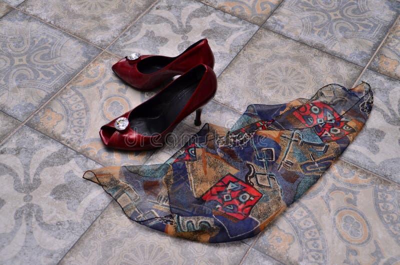 Les chaussures et l'écharpe des femmes photos stock