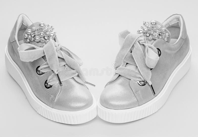 Les chaussures pour des filles ou des femmes décorées de la perle perlent Concept fascinant de chaussures Paires de pâle - espadr photos stock