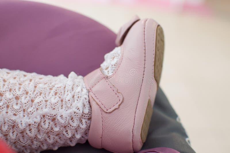 Les chaussures rouges du gosse image libre de droits