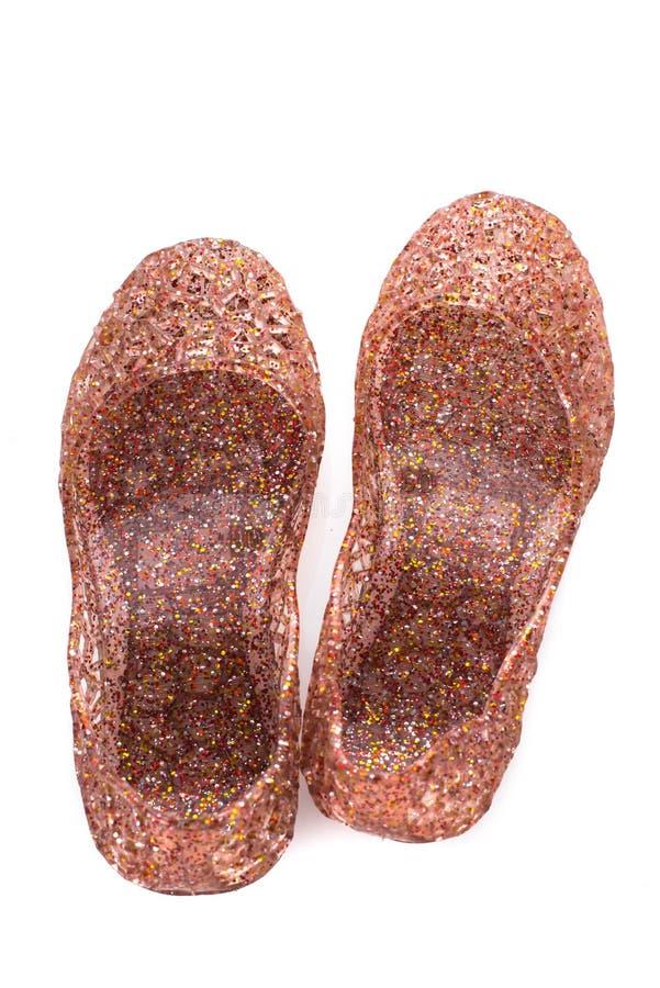 Les chaussures scintillantes rouges de petite fille sur le blanc images libres de droits