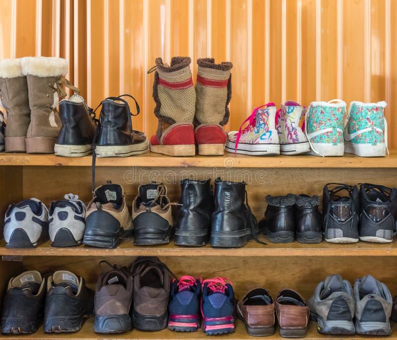 Les chaussures sont sur l'étagère dans d'intérieur photo libre de droits