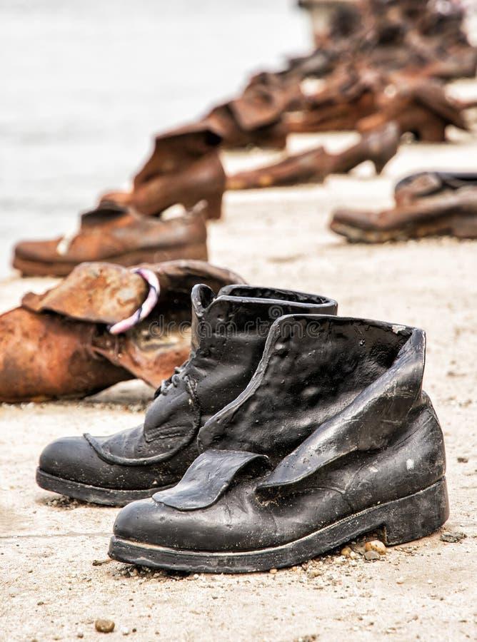 Les chaussures sur la banque de Danube est un mémorial à Budapest, Hongrie photo libre de droits