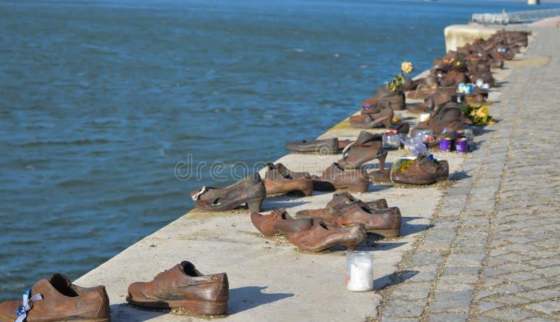 Les chaussures sur la banque de Danube est un mémorial pour honorer les personnes qui ont été tuées par des fascistes images stock