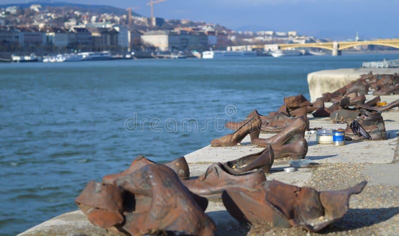 Les chaussures sur la banque de Danube est un mémorial pour honorer les personnes qui ont été tuées par des fascistes photos libres de droits
