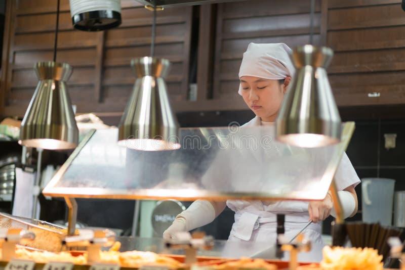 Les chefs japonais de Ramen préparent une cuvette de maison traditionnelle ont fait la nouille de ramen pour des clients à Kyoto, images libres de droits