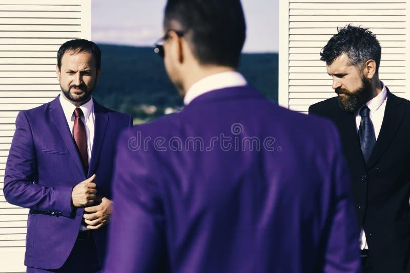 Les chefs ont la réunion d'affaires Les hommes d'affaires portent les costumes futés image libre de droits