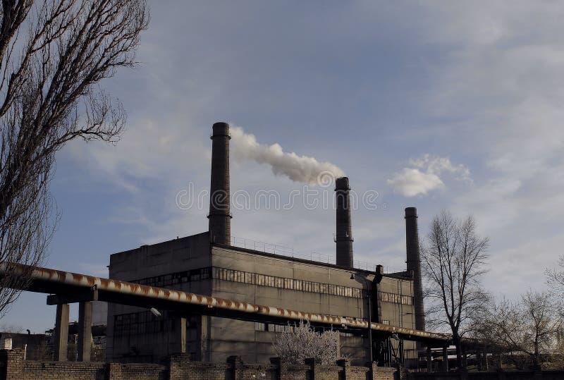 Les cheminées de la centrale thermique ont pollué les photos courantes d'air photo libre de droits