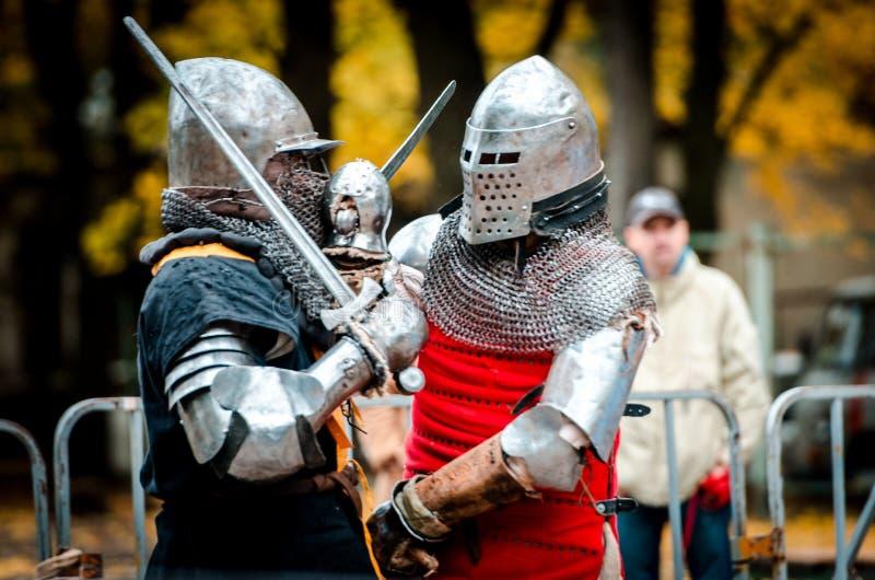 Les chevaliers ont croisé leurs épées dans une bataille chaude image libre de droits