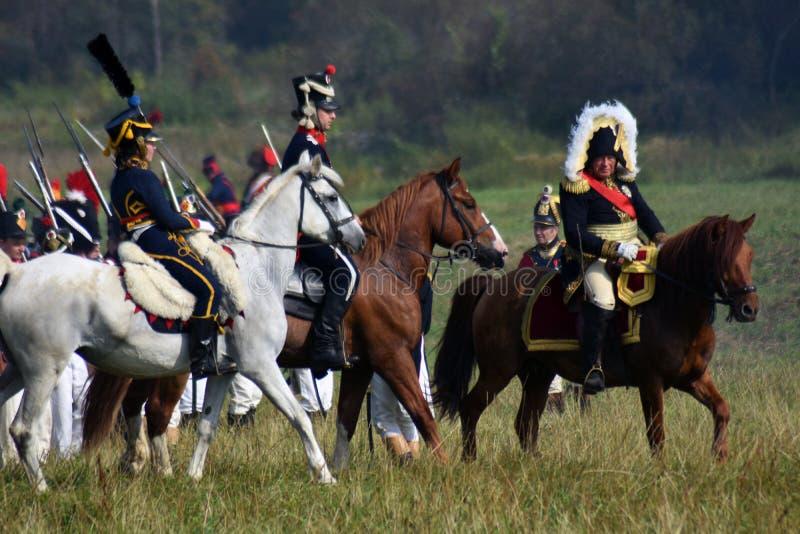 Les chevaux de tour de Reenactors chez Borodino luttent la reconstitution historique en Russie photos libres de droits