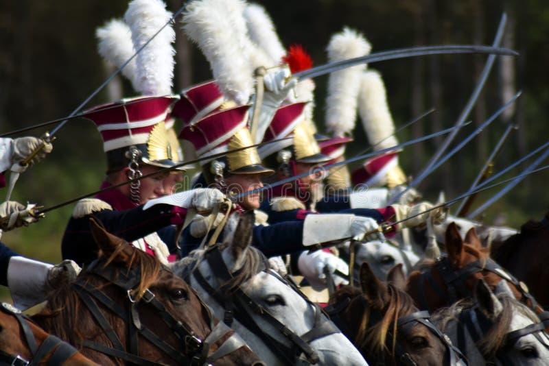 Les chevaux de tour de Reenactors chez Borodino luttent la reconstitution historique en Russie images libres de droits
