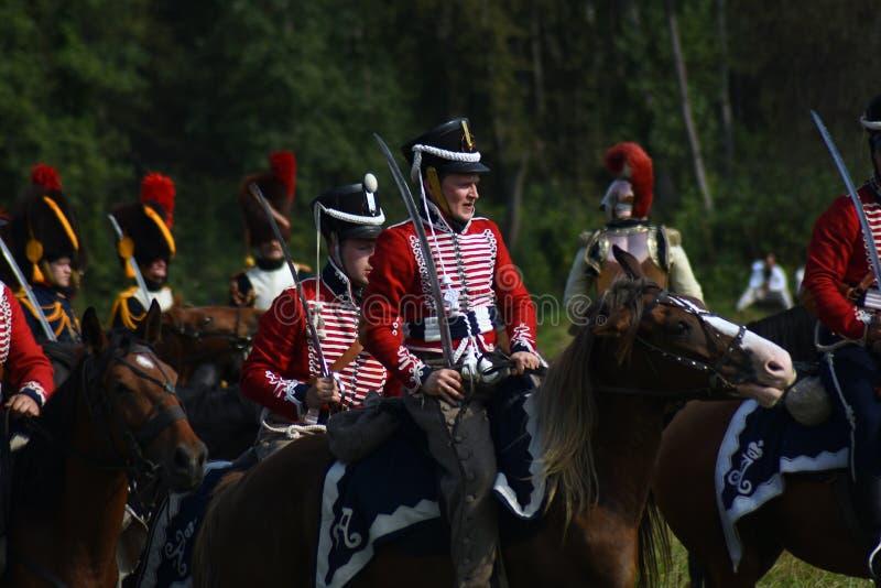Les chevaux de tour de Reenactors chez Borodino luttent la reconstitution historique en Russie image stock