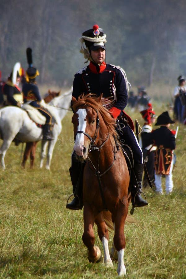 Les chevaux de tour de Reenactors chez Borodino luttent la reconstitution historique en Russie photo stock