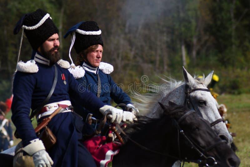 Les chevaux de tour de Reenactors chez Borodino luttent la reconstitution historique en Russie photos stock