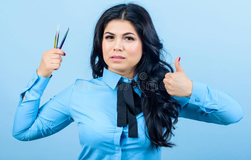 Les cheveux aiment le feu cosmetologist principal Staining et mèches de bordage beautician Maquillage permanent Extension de cil images libres de droits