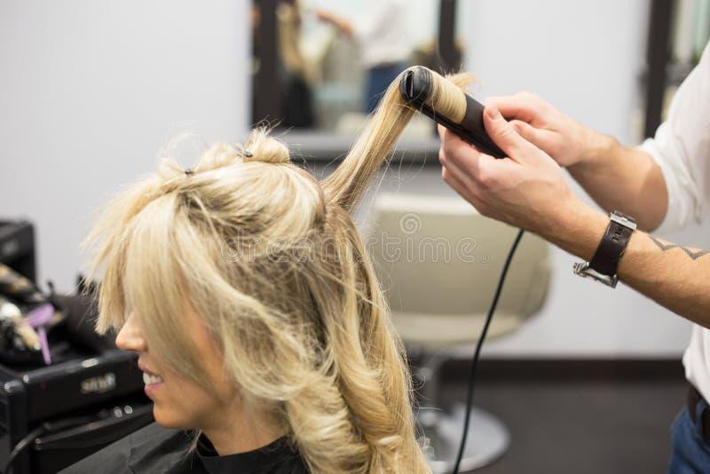 Les cheveux de Styling Woman de coiffeur image libre de droits