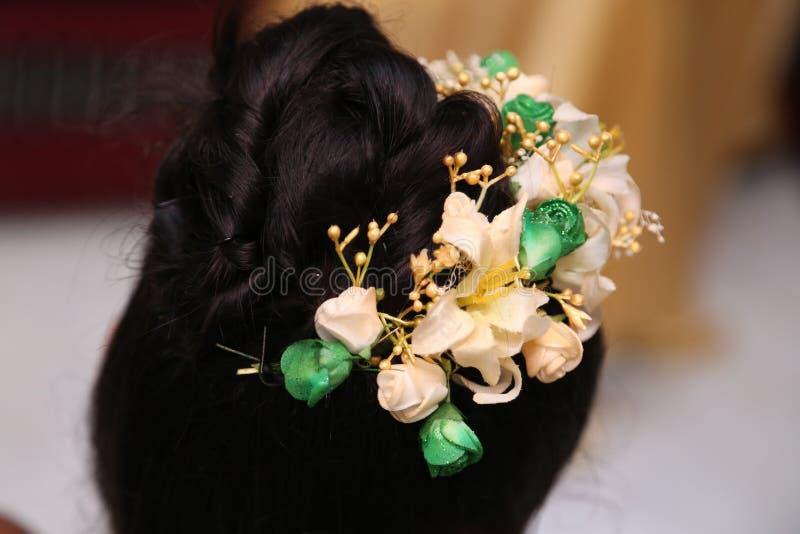 Les cheveux du ` s de jeune mariée photos stock