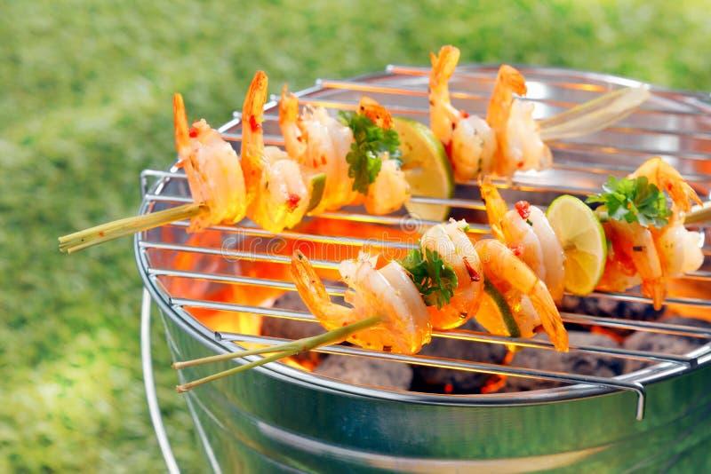 Chiches-kebabs de fruits de mer rôtissant sur un barbecue images stock