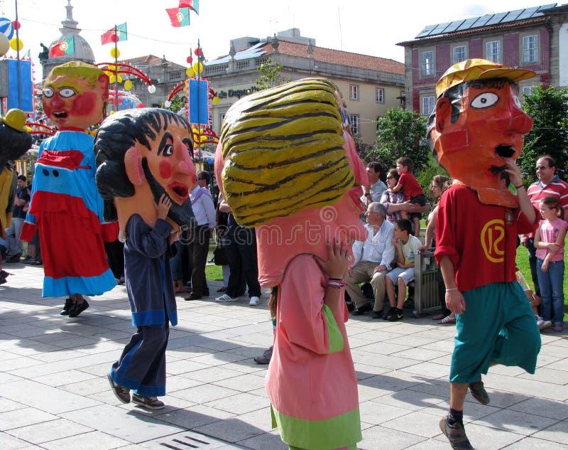Les chiffres colorés de Papier-mâché de géants marchent pendant le festival de Giants photographie stock