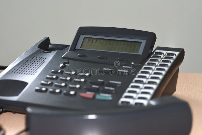 Les chiffres de composition 911 sur l'affichage de téléphone, pas de réponse, le concept du service de délivrance n'ont pas eu le image stock