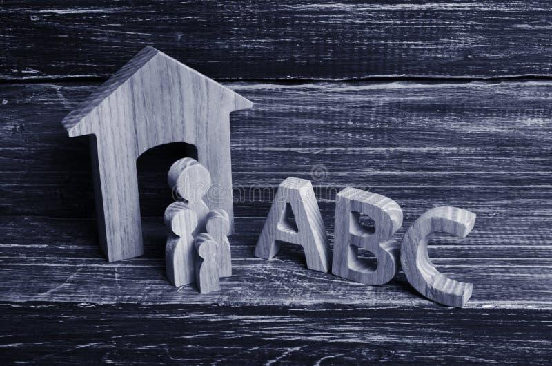 Les chiffres en bois des enfants se tiennent dans une rangée de petit à grand photo libre de droits